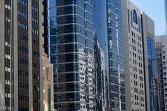 Riflessione del centro sugli edifici per uffici immagine stock