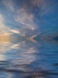 Riflessione del cielo in acqua illustrazione di stock