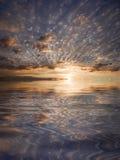 Riflessione del cielo in acqua royalty illustrazione gratis