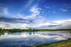 Riflessione del cielo blu immagini stock libere da diritti