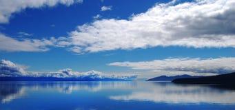 Riflessione del cielo della baia di ghiacciaio su acqua Fotografia Stock