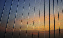 Riflessione del cielo di tramonto in parete del metallo dell'ufficio Fotografia Stock
