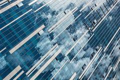 Riflessione del cielo e delle finestre in costruzione delle nuvole fotografia stock