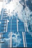 Riflessione del cielo e delle finestre in costruzione delle nuvole fotografia stock libera da diritti