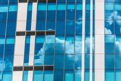 Riflessione del cielo e delle finestre in costruzione delle nuvole immagini stock libere da diritti