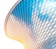 Riflessione del cielo e delle nuvole nella spirale di vetro, onda con le finestre della facciata della curvatura dei grattacieli  immagini stock libere da diritti