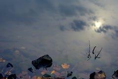 Riflessione del cielo nel chiaro lago della montagna Fotografia Stock Libera da Diritti