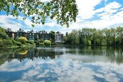 Riflessione del cielo nel lago di calore del hampestead con le costruzioni Fotografia Stock