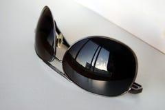 Riflessione del cielo in occhiali da sole immagini stock libere da diritti