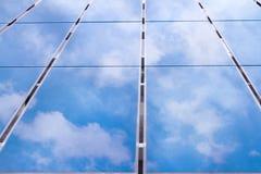 Riflessione del cielo sulle pile solari Fotografie Stock
