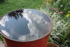 Riflessione del cielo in un barilotto Fotografie Stock
