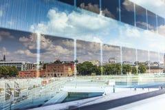 Riflessione del cielo in vetro della costruzione, Oslo, Norvegia Immagine Stock