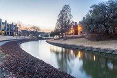 Riflessione del complesso di costruzione dell'appartamento della riva del fiume al tramonto Fotografie Stock Libere da Diritti
