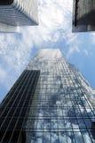 Riflessione del complesso di uffici del grattacielo fotografia stock