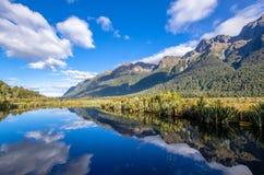 Riflessione del conte Mountains sul lago mirror che è situato alla strada di Milford Immagini Stock