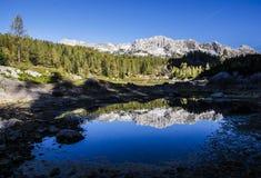 Riflessione del cottage e delle montagne Fotografie Stock Libere da Diritti