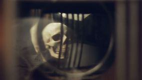 Riflessione del cranio e delle candele nel pendolo di vecchio orologio archivi video