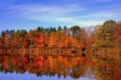 Riflessione del lago autumn fotografie stock