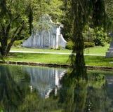 Riflessione del lago cemetery fotografia stock