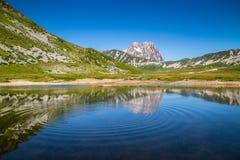 Riflessione del lago della montagna di Gran Sasso, montagne di Apennine, Abruzzo, Italia Fotografie Stock