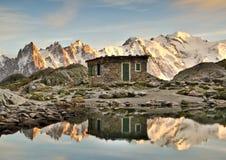 Riflessione del lago delle montagne e della capanna Fotografia Stock