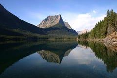 Riflessione del lago nella sosta nazionale del ghiacciaio fotografia stock