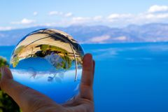 riflessione del mare tramite una sfera di cristallo fotografia stock