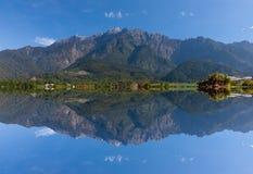 Riflessione del Monte Kinabalu a Sabah, Malesia orientale, Borneo Fotografie Stock