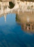 Riflessione del monumento sul fiume del Tevere Fotografia Stock Libera da Diritti
