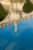 Riflessione del monumento sul fiume del Tevere Immagine Stock