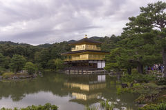 Riflessione del padiglione dorato del tempio nel giardino dell'acqua Fotografie Stock