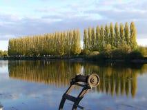 Riflessione del paesaggio e del pioppo di autunno sul fiume di Cher in Touraine immagini stock