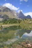 Riflessione del picco di montagna in lago alpino Immagini Stock Libere da Diritti