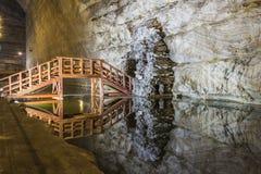 Riflessione del ponte di legno nella miniera di sale in sotterraneo Immagini Stock Libere da Diritti