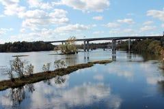 Riflessione del ponte sopra il fiume fotografia stock libera da diritti