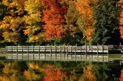 Riflessione del ponticello di autunno immagine stock libera da diritti