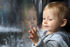 Riflessione del ritratto del bambino Fotografie Stock Libere da Diritti