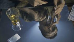 Riflessione del ritratto maschio che sniffa la linea del coke archivi video