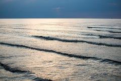 Riflessione del sole nel mare immagini stock