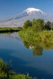 Riflessione del supporto dell'Ararat e del cielo blu in Sev Jur Ri Fotografie Stock