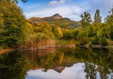 Riflessione del supporto Demerli nella bella sera di autunno fotografie stock libere da diritti
