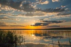 Riflessione del tramonto sopra il lago Immagine Stock Libera da Diritti