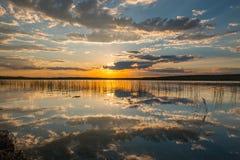Riflessione del tramonto sopra il lago Immagini Stock