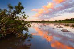 Riflessione del tramonto su un fiume Immagine Stock Libera da Diritti
