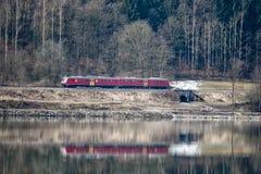 Riflessione del treno in acqua immagini stock