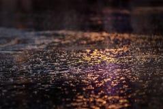 Riflessione dell'acqua sulla strada con luce Immagine Stock