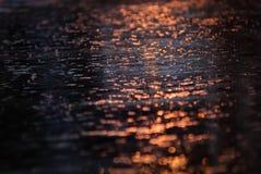 Riflessione dell'acqua sulla strada con luce Fotografia Stock