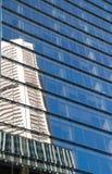 Riflessione dell'edificio per uffici corporativo di palazzo multipiano con il cielo blu Fotografie Stock Libere da Diritti