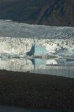Riflessione dell'iceberg con il ghiacciaio nei precedenti Fotografie Stock Libere da Diritti
