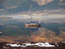 Riflessione della barca di navigazione sul Loch Linnhe immagini stock
